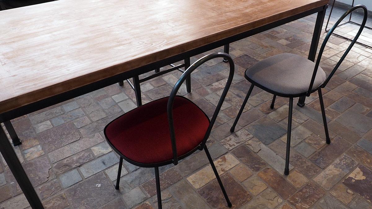 アイアン(鉄)のテーブルと椅子